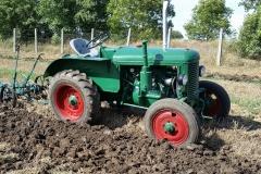 Traktor Škoda 30 při orbě