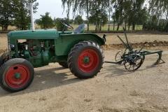 Traktor Škoda 30 s poloautomatickým pluhem