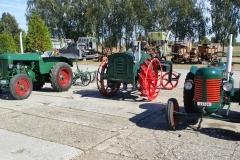Traktory připraveny k orbě